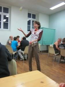 Anne Pierre qui jongle plutôt pas mal, étant donné les contraintes